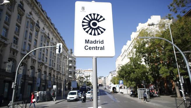 cartel-de-madrid-central-que-indica-restricciones-al-trafico-en-el-centro-de-la-capital